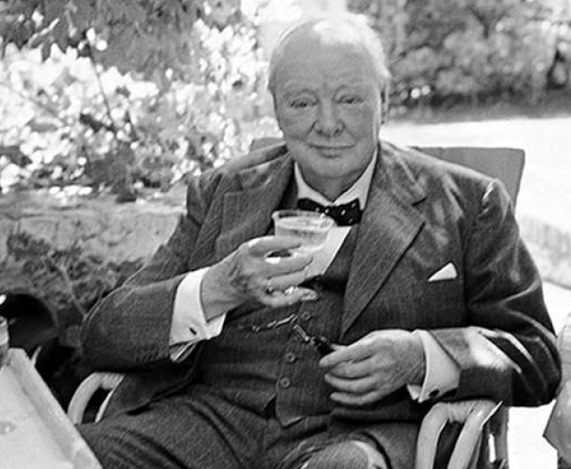 Черчилль с бокалом