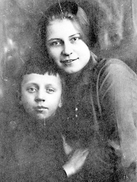 Анна Изряднова с сыном Есенина Юрием