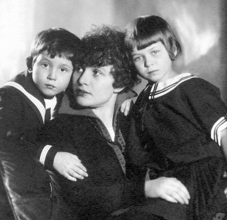 Зинаида Райх с детьми Есенина